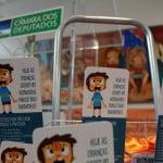 Imagem com vários panfletos que descreve: hoje as crianças sofrem um bombardeio publicitário diariamente.