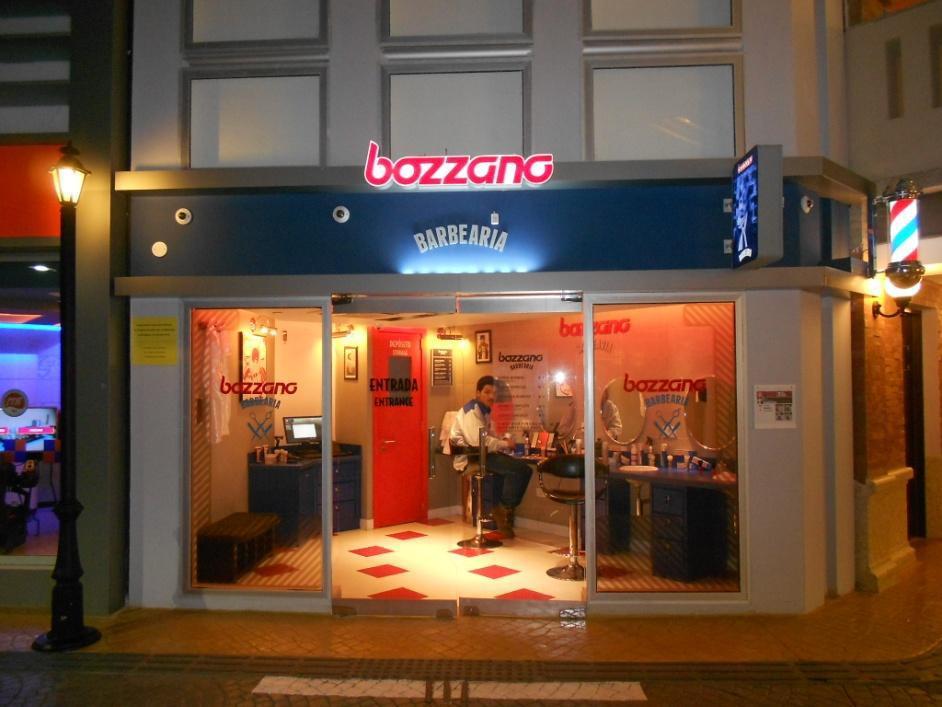 Imagem de um prédio do tamanho para crianças, onde tem um barbearia com uma marca Bozzano.
