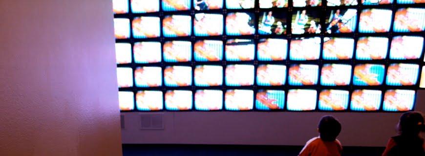 Tempo de crianças e adolescentes assistindo TV aumenta em 10 anos