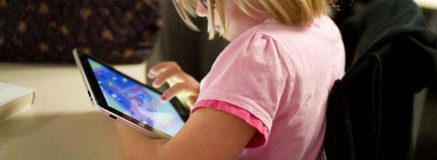 Crianças utilizam cada vez mais o tablet para acessar a internet