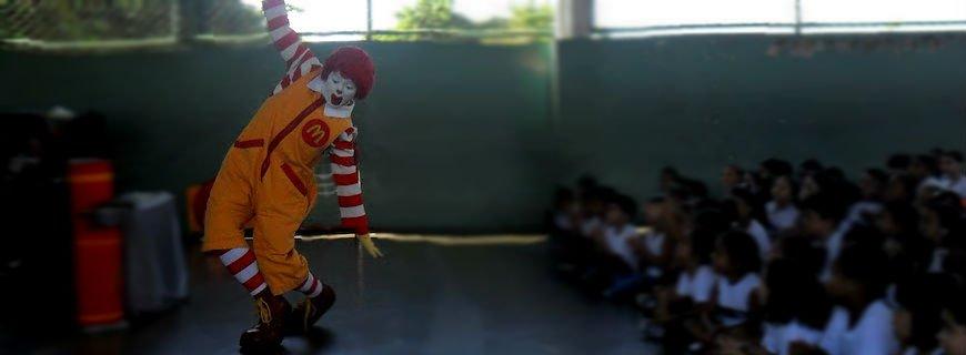 Ronald Mc Donald insiste em fazer shows dentro das escolas