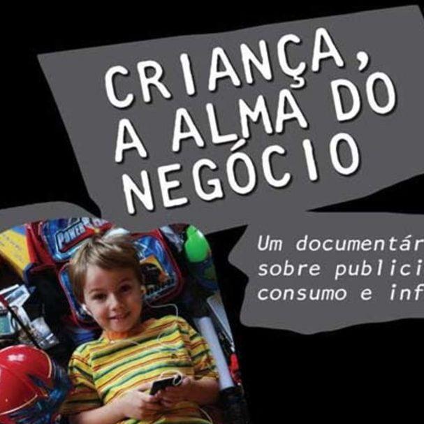 Cartaz com foto de uma criança com um celular na mão e vários produtos em volta descreve: Criança, a alma do negócio. Um documentário sobre publicidade, consumo e infância.