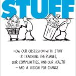 Cartaz com o desenho de duas pessoas carregando produtos descreve em inglês: The Story of Stuff. How our obsession with stuff is trashing the planet, our communities, and our health - and a vision for change.
