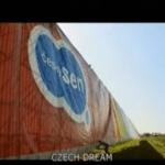 Imagem do vídeo: CZECH DREAM (ČESKÝ SEN).