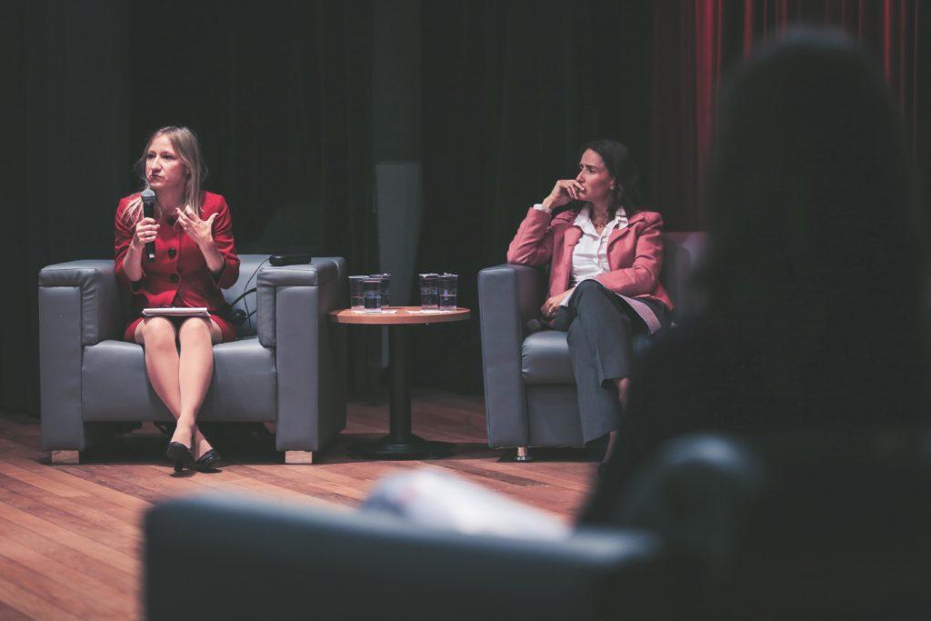 Romina Bandura, consultora do EIU e Isabella Henriques, diretora de Advocacy do Alana. (Foto: Otavio Sousa)
