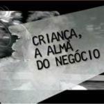 Imagem preto e branca de uma crianças, uma faixa branca transparente cobre o roto do garoto, a faixa descreve, criança. a alma do negocio.