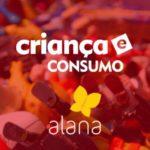 Capa de uma apresentação com a foto de vários brinquedos com um tom vermelho descreve: Criança e Consumo. Alana.