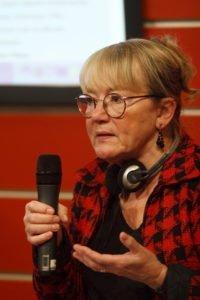 foto da socióloga e pesquisadora Cecilia von Feilitzen falando em um microfone