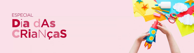em fundo rosa, logo do especial dia das crianças e, à direita, imagem de duas mãos de crianças segurando um foguete colorido feito de papel por cima de diversos papeis coloridos, cola, tesoura e borracha